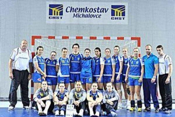 Na domácom turnaji skončili na treťom mieste. Michalovské hádzanárky jeden zápas vyhrali a dva prehrali.