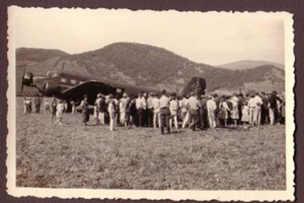 Vzácne fotografie potvrdzujú existenciu letiska. Dnes je miesto zaplavené Šíravou.