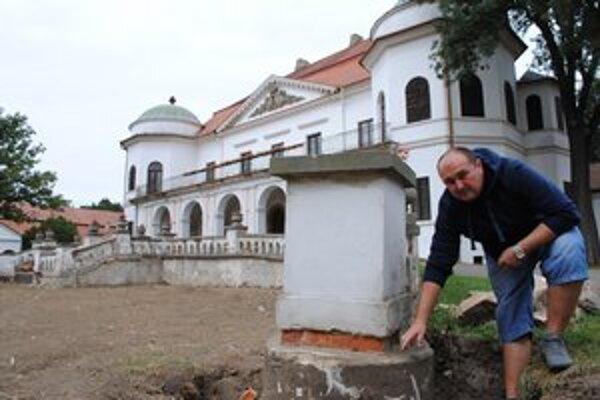 Nádvorie múzea. Pribudnú na ňom lavičky a nové prvky záhradnej architektúry. Zrekonštruujú aj múr pred kaštieľom. Ukazuje Tibor Tabak.