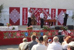 Kultúrny program. Vystúpenia folklórnych skupín a jednotlivcov potešili divákov.