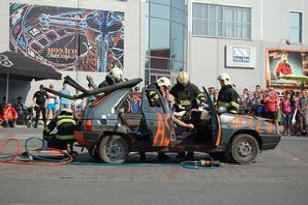 Zásah hasičov. Ukážka zásahu hasičov pri ťažkej dopravnej nehode. Vodiča dostali z auta pomocou špeciálnych mechanizmov.