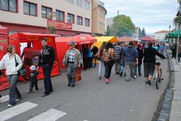 Sobranský jarmok. Ľudia nakupovali tradičný jarmočný tovar.