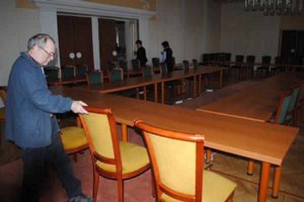 Mestský úrad. Vláda bude rokovať v obradnej sieni, kde štandardne prebiehajú sobáše.