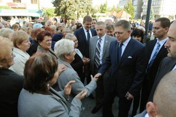 Vláda bola naposledy v Michalovciach. R. Fico si priazeň voličov užíva.