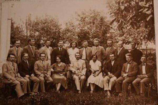 Profesor Hlaváč. Štefan Hlaváč (v hornom rade prvý sprava) v profesorskom zbore v roku 1930/31.