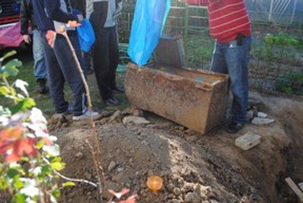 Kriminalisti našli na dvore rodinného domu Adamčových rodičov zakopanú truhlicu.