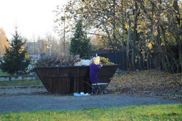 Kontajnery. Obyvatelia Michaloviec sa mohli zbaviť odpadu po jesennom upratovaní.