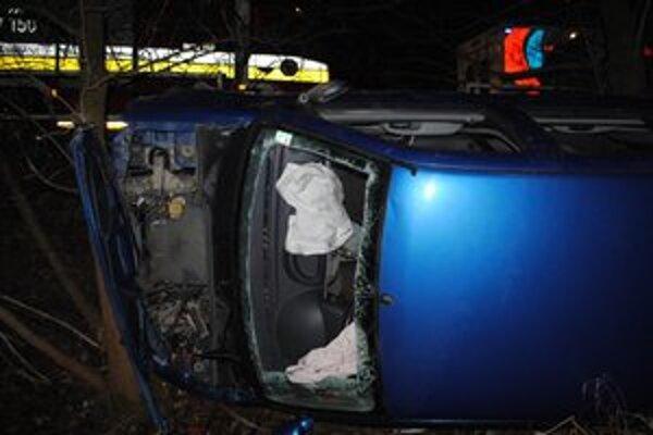 Zdemolované auto. Vodičovi namerali po nehode 2,25 promile.