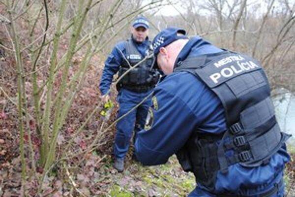 Miesto nálezu. Štyri mŕtve bobry našli v šachte pri rieke Laborec.