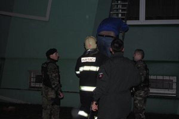Evakuácia hotelových hostí.