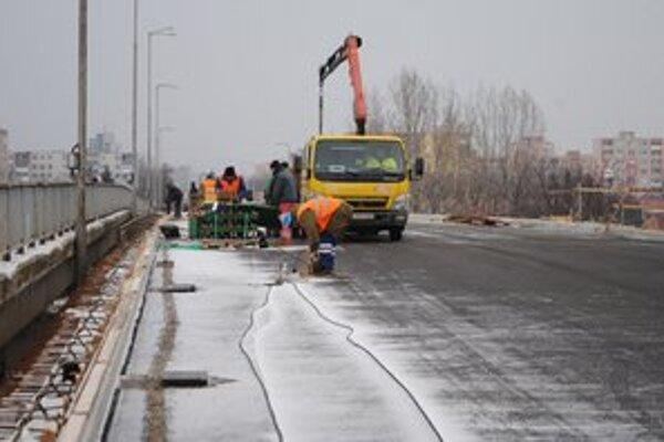 Nadjazd v Michalovciach. Práce finišujú. Vodiči by mali po ňom jazdiť už od 21. decembra.