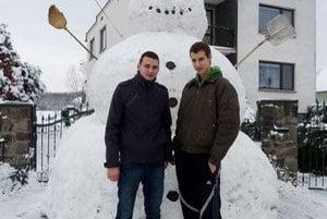Obrovský snehuliak. Je vysoký 3,8 a široký 2,7 metra. Stavali ho aj František Halapy(vľavo) a Ondrej Ihnát