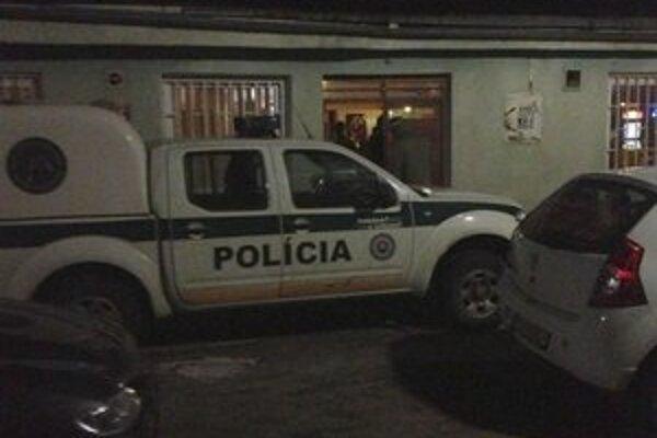 Nočná akcia. Policajti s colníkmi skontrolovali viacero michalovských barov a pohostinstiev.