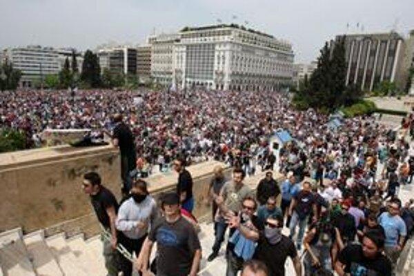 Pri gréckom parlamente sa zišli tisícky demonštrantov. Nechcú, aby dnes prijal reformy, ktoré umožnia pôžičku od Európy.