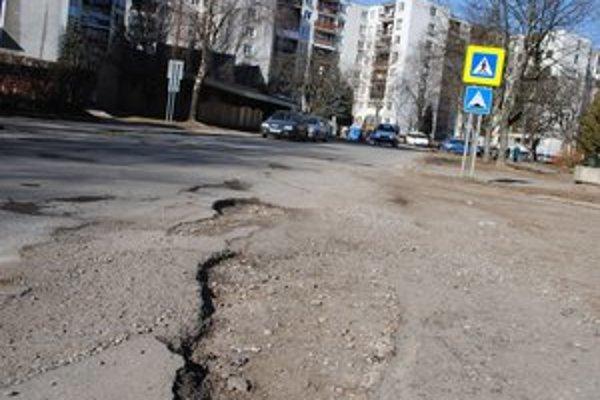 Cesty  a chodníky. Cesta na Švermovej ulici patrí medzi najzničenejšie. Na zozname rekonštruovaných komunikácií nie je.