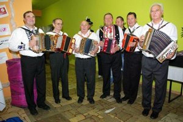 Zemplínski heligonkári. Prezentujú sa spevom a hrou na heligónke.