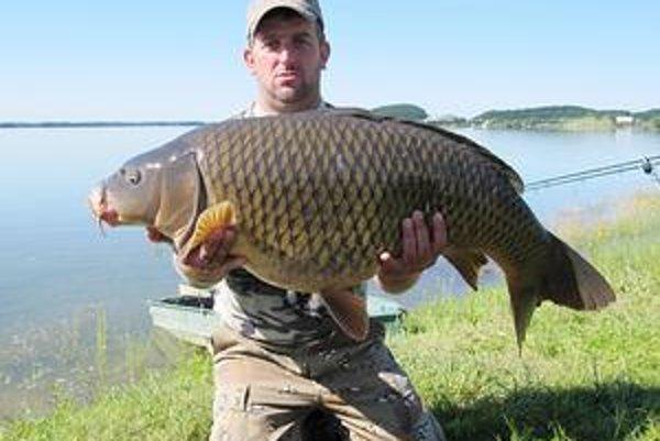 Stanislav Hreha a jeho úlovok. Viac ako 17-kilový kapor dal skúsenému rybárovi poriadne zabrať.