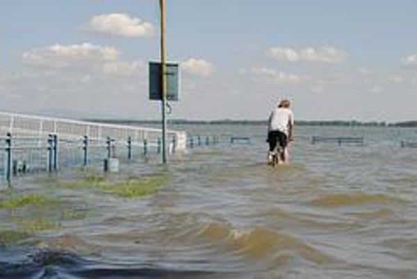 Prístavné mólo. Miesto, kde turisti nastupujú na vyhliadkovú plavbu loďou, je úplne pod vodou.