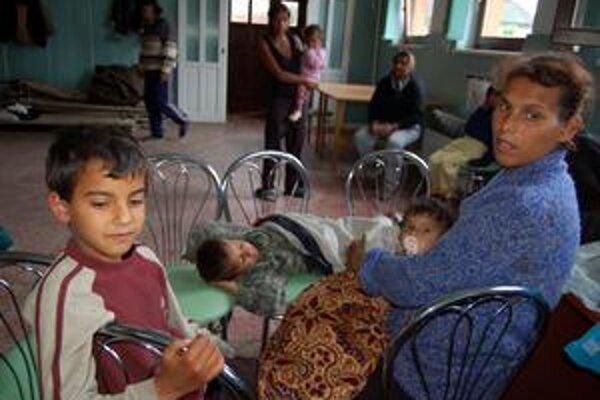 Evakuovaných majú, peniaze nie. V kultúrnom dome v Markovciach je ešte stále 50 evakuantov, pritom obec nemá na základné fungovanie, rovnako ako mnohé ďalšie v Zemplíne.