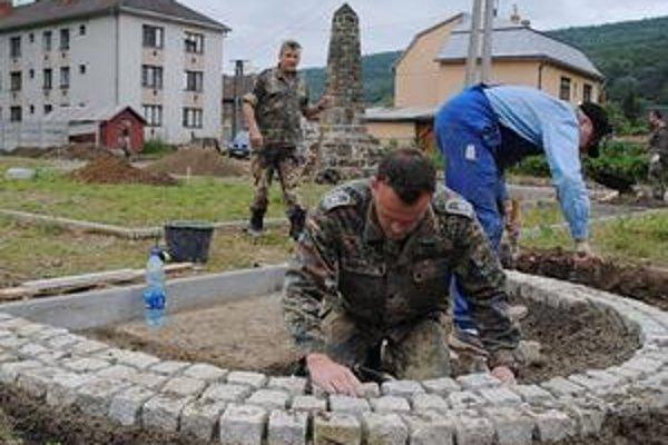 Cintorín. Nemeckí vojaci ho zveľaďujú po etapách každé leto. Tento vojak slúži na leteckej základni v Rendsburgu.