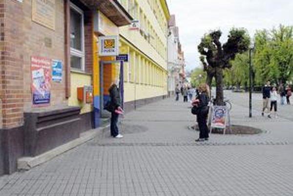Pošty. Obľúbené miesto dobrovoľníčok až zo západného Slovenska, ktoré v zemplínskych mestách pýtajú od ľudí peniaze na pomoc onkologicky chorým deťom. Zriaďovateľka ich n. f. médiám neverí a nekomunikuje s nimi.
