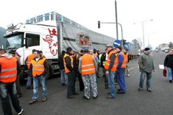 Štrajky proti mýtu zo začiatku roka vraj dopravcov oberajú o prácu v ružomberských papierňach.