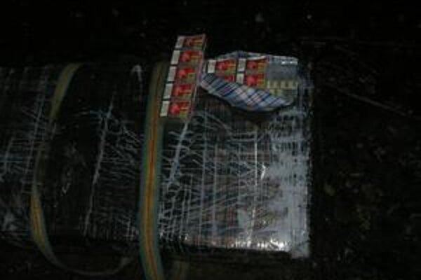 Zadržaný kontraband. Balíky s popruhmi, plné cigariet, odhodili nosiči kilometer od hranice s Ukrajinou.