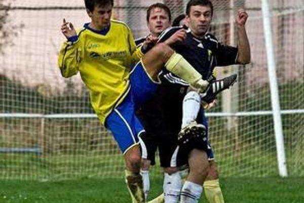 Smoliar. Ondrej Olexík (vpravo) si od futbalu oddýchne. Vzadu opora obrany Martin Palenčík.