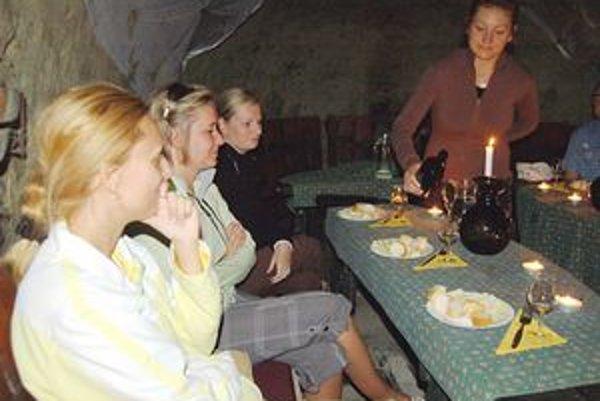 Európske národy ochutnávku tokajských vín zvládajú. Horšie je to s Filipíncami, ktorí vraj nemajú enzým na trávenie alkoholu. Všetky vzorky tokajského vína preto nezvládnu...