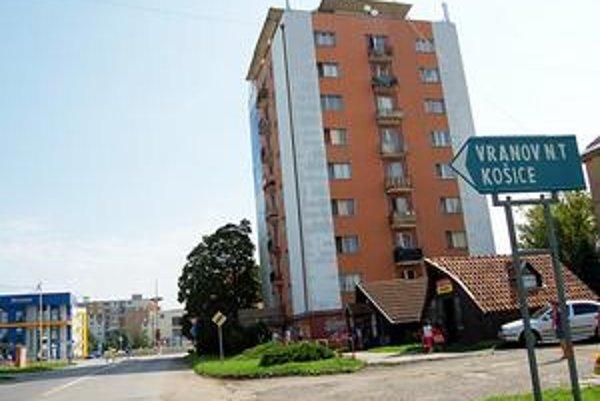Majú smolu. Nájomníci 40 bytov v tomto vežiaku majú smolu. Kým ich rýchlejší predchodcovia mohli byty kúpiť za 500-700 eur, oni zaplatia mnohonásobne viac.