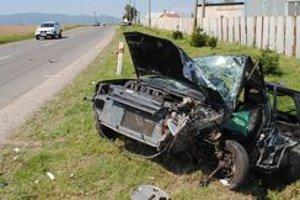 Zničený citroen, vodiča museli z auta vyslobodzovať, zraneniam neskôr podľahol.