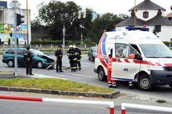 Nehoda sanitky. Počas dopravnej nehody sa našťastie nikto nezranil.