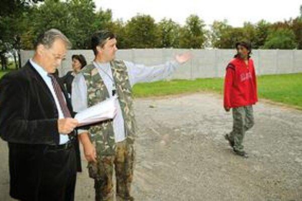 Ombudsman. Verejný ochranca práv Pavel Kandráč (vľavo) pri múre v Michalovciach.