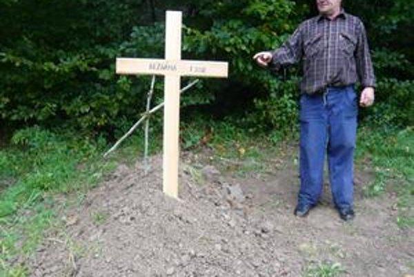 Hrob migrantky v Stakčíne. Ján Zubaľ, správca cintorína v Stakčíne, pri čerstvom hrobe mladej, asi 25-ročnej ženy, ktorá zomrela od vyčerpania pri nelegálnom prekročení hraníc.