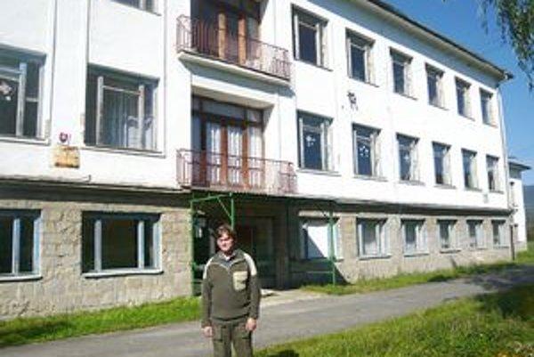Starosta Ladislav Ladomirjak pred prázdnou školou. Všetci žiaci cestujú do školy v Uliči, budúcich prvákov je desať, ďalší sa nerodia.