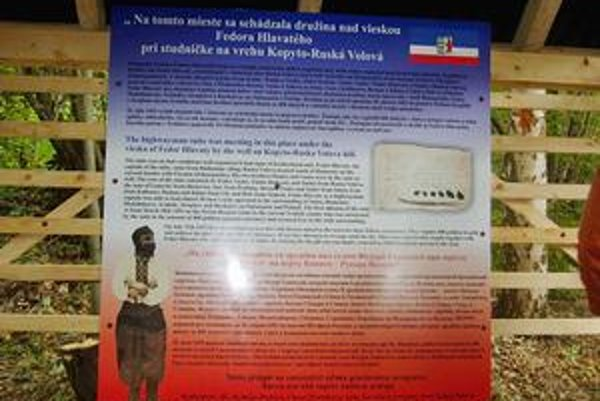 Informačná tabuľa na vrchu Kopyto. Fotografia zbojníka je z roku 1928, keď sa miestni snažili podľa legiend priblížiť jeho vzhľad.