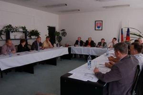 Poslanci v Sečovciach. Zamestnanci Technických služieb si posedenie v tejto miestnosti musia dobre rozmyslieť. Ich práca je totiž nezlučiteľná s funkciou poslanca.