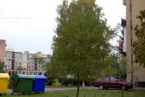 Boj o miesto. Zaparkovať auto pod bytovkou v meste je umenie. Niektorí vodiči to preto riešia aj odstavením auta na tráve.
