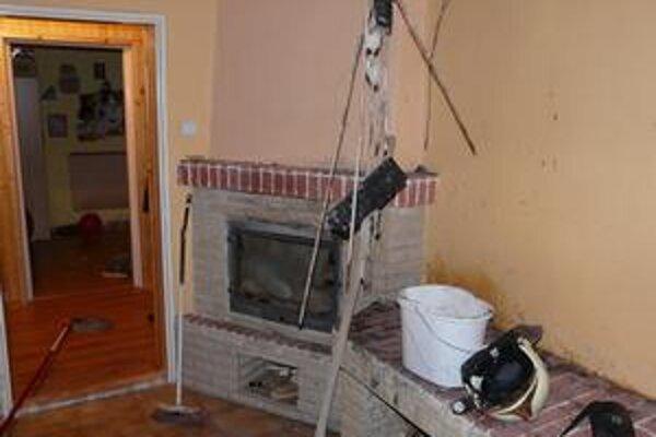 Kozub. Drevená konštrukcia stropu sa chytila od priameho sálavého tepla z kozuba.