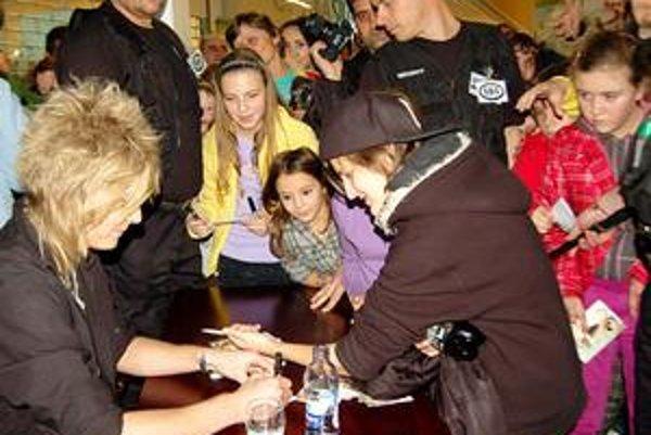 Tlačenica pri autogramiáde. Na jediný podpis Mira boli ľudia ochotní vystáť rad.