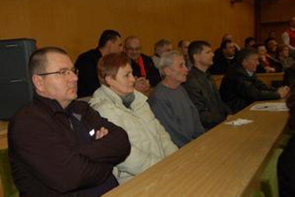 Zasadnutie v neštandardnom termíne po voľbách si nenechali ujsť 8 novozvolení nezávislí poslanci. Nič nekomentovali.