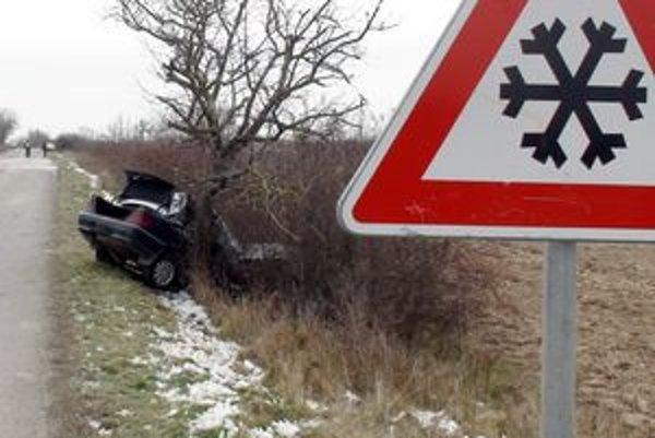 Mercedes tam dostalo šmyk na zamrznutom úseku cesty z vody, ktorá stiekla zo svahu.