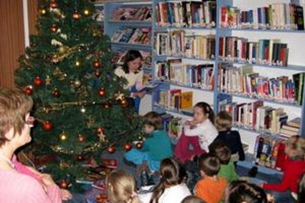 Trebišovské deti. Do prípravy Vianoc sa pustili už v piatok, rozsvietili vianočný stromček.