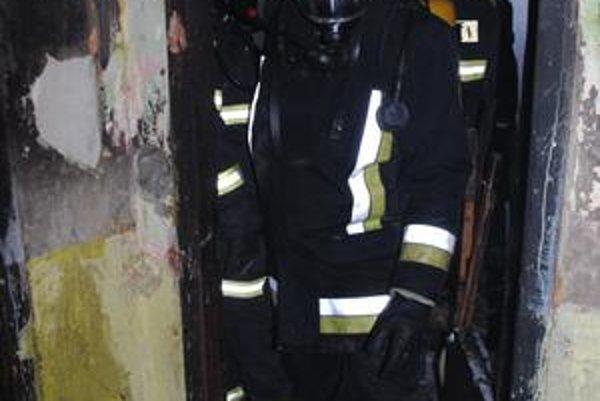 Hasiči v horiacom byte zasahovali v maskách a s dýchacími prístrojmi.