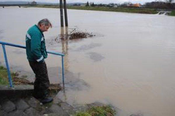 Odvodňovacie kanály. Sú naplnené takmer po okraj. Pripomínajú rieky.