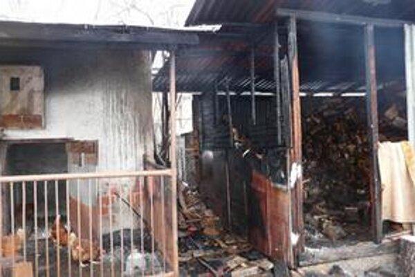 Prístavba. Začala horieť od uhlíkov, ktoré majiteľka vysypala za domom.