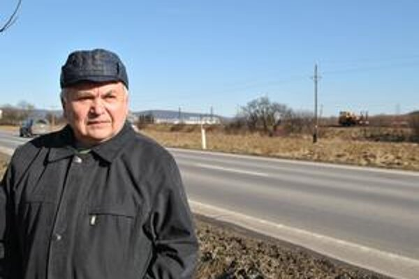 Michal Tomčo. Jeden z mnohých nespokojných cestujúcich. Meškanie osobného vlaku denne sleduje. Hoci sa na ne jeho dcéra sťažovala, odpovede a ani ospravedlnenia sa nedočkala.