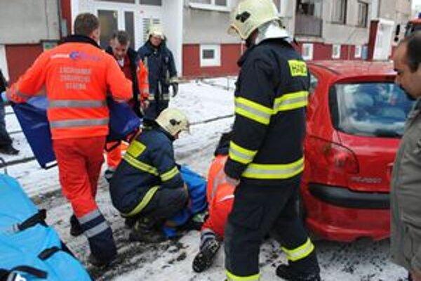 Záchranná akcia. Starenku prešlo auto na parkovisku počas cúvania.