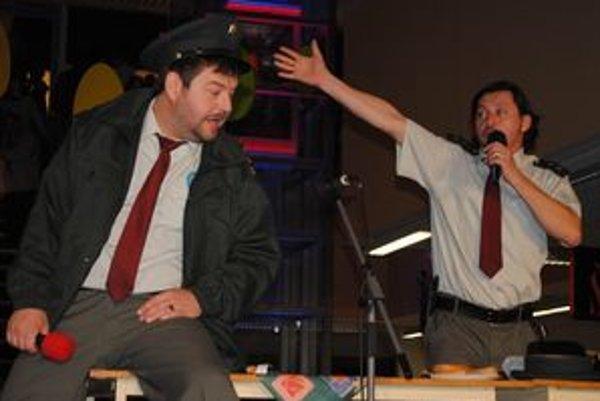 Profesionáli. V popredí nadporučík Miki Hric (Michal Hudák) a Karol Húrka (Lukáš Latinák).