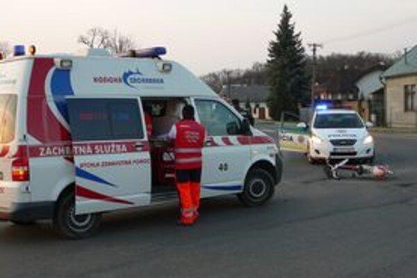 Nehoda. Záchranári boli pri cyklistovi za pár sekúnd. Vodič z miesta nehody odišiel.